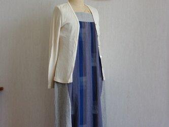 久留米絣グレーと青の縦模様とリネンのスクエアネックのロングワンピースの画像