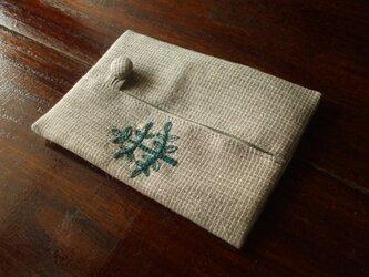 木の刺繍のポケットティッシュケース ベージュチェックの画像