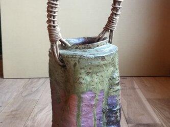 アケビ蔓の持ち手が付いた花器・花瓶・陶器・花入れの画像