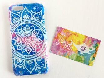 【春・夏】モロッコ風手描き曼荼羅模様のブルーとピンクのスマホケースの画像
