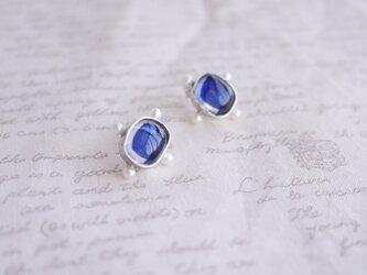 淡水真珠の付いた藍色のガラス・シルバーピアスの画像