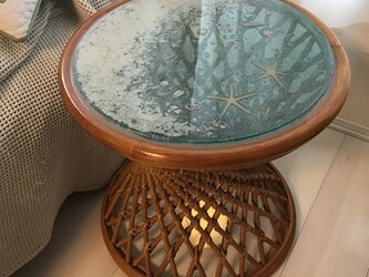 ラタンガラスラウンドテーブル エメラルド ムーンビーチ 砂浜の画像