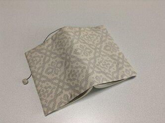 334    ☆再販☆    白大島紬    幾何学模様    文庫サイズブックカバーの画像