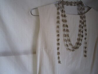 麻色×ベージュ 花と葉のかぎ針編みネックレスの画像