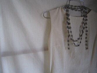 麻色×青 花と葉のかぎ針編みネックレスの画像