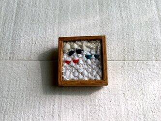 木と裂き織りのブローチ 小12の画像