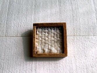 木と裂き織りのブローチ 小13の画像