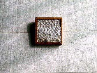 木と裂き織りのブローチ 05の画像