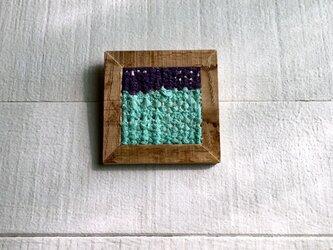 木と裂き織りのブローチ C01の画像