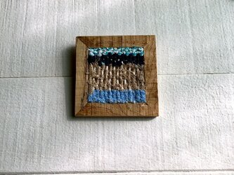 木と裂き織りのブローチ C02の画像