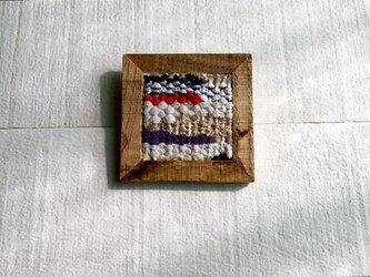 木と裂き織りのブローチ C03の画像