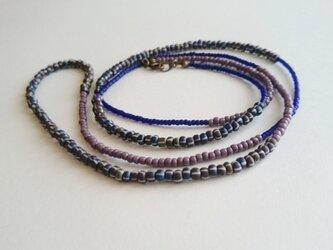3種類のシードビーズ ロングネックレス ブルー系の画像