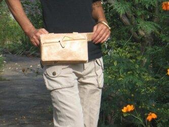 アンティーク風合い革のボディバッグの画像