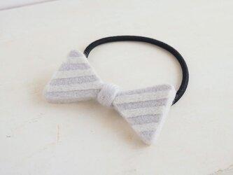 羊毛リボンのヘアゴム〈ライトグレーボーダー〉の画像