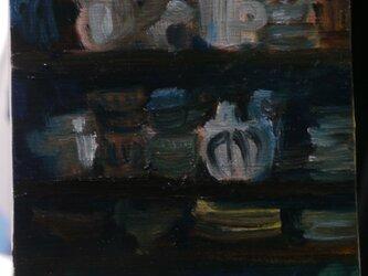照明をつけていない部屋の食器棚の画像