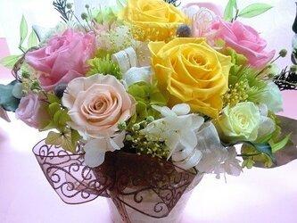 プリザーブドフラワー両親贈呈・開店祝いに最適な高級ゴールドの花器にイエローピンクの画像