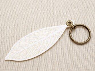 [白 white] 革の葉っぱ キーホルダー (LK-8)の画像