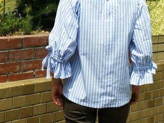 リボン付きバルーン袖 水色ストライプブラウス プルオーバーの画像