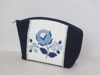 青い花刺繍のポーチの画像