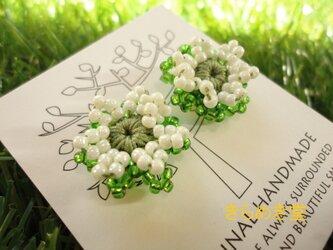 ビーズのお花ピアス(マスカットグリーン・ミルクホワイト)の画像