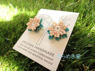 ビーズのお花ピアス(ディープビリジアン・サーモンピンク)の画像