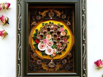 【展示品】~小窓から~ ラティスとバラ園の画像