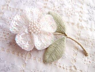一輪の白い お花のブローチの画像