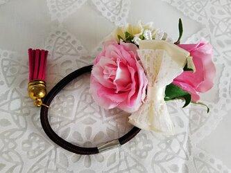 ピンクバラのヘアーゴムの画像