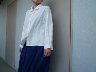 白い丸襟のシャツの画像