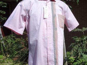 ピンク地に柄をあしらった半袖メンズシャツL寸相当の画像