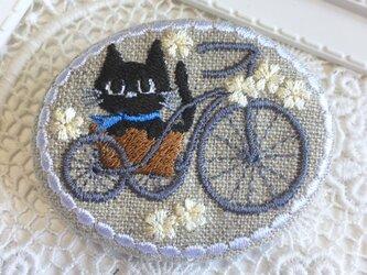 自転車に乗るくろねこちゃん 刺繡ブローチ  楕円横型の画像