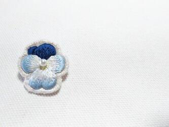紺と水色の艶やかなビオラのブローチの画像