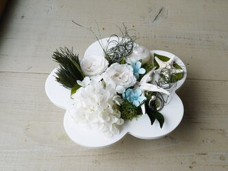 リングピローにもなる!白い梅フレームに白いお花アレンジの画像