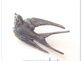 【夏ツバメ (特大44mm)flying swallow 真鍮 の ブローチ】ラベルピン~ラッキーモチーフの画像