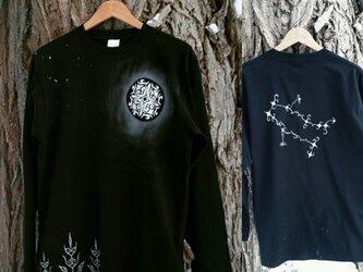 【受注製作】光る満月の森と12星座 アイヌデザイン コットンTシャツ 長袖 ブラックorネイビー ユニセックスの画像