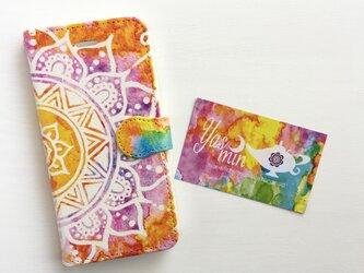 【春・夏】モロッコ風手描き曼荼羅模様 オレンジと紫の手帳型iPhone/Androidケース(留め具orange)の画像