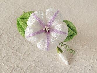 〈つまみ細工〉朝顔の髪飾り(白と藤色)の画像