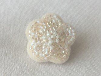 白い花いちりん  No.02  ビーズ刺繍ブローチの画像
