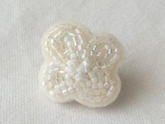 白い花いちりん  No.04  ビーズ刺繍ブローチの画像
