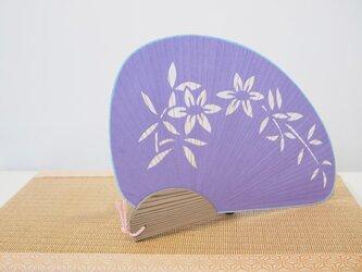 切り絵うちわ 大千鳥紐付 鉄線 紫の画像
