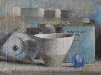 白いカップと魚の置き物の画像