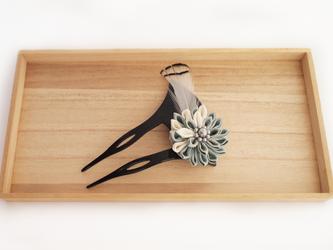 【アンティーク】つまみ細工とフェザーのかんざし(薄水色/白)の画像