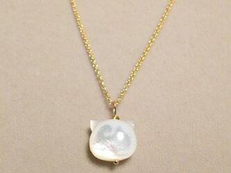 宝石質白蝶貝の猫モチーフネックレスの画像