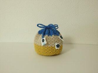 コロンと小さな編み巾着 青い花の画像