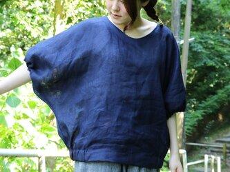 リネンのドルマンパフスリーブ、ブラウス(紺)の画像