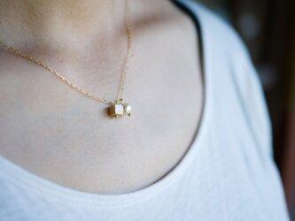 小さめウッドキューブとコットンパールのネックレスの画像