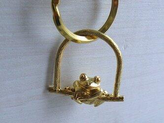 しがみついたカエルのキーリング の画像