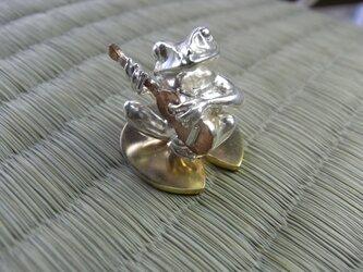ギター弾き蛙のオブジェの画像