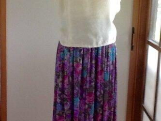 グレーに紫、ピンク、ブルーの花が可愛いロングギャザースカートの画像
