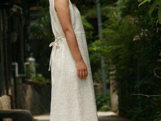 裾がカーブになったノースリーブ・ワンピースの画像